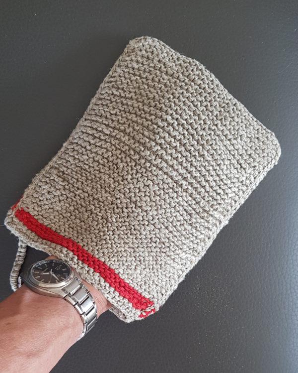 Massagehandschuh aus Leinen_peelinghandschuh roter streifen an der hand